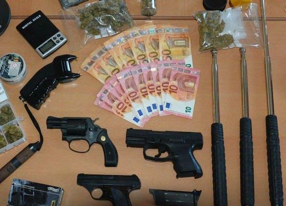 Die Polizei Salzburg stellte Drogen und mehrere verbotene Sachen bei einem 23-Jährigen sicher.