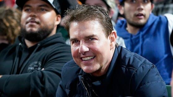 Das Gesicht von Tom Cruise wirkt aufgedunsen.