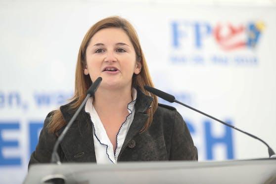 Salzburgs FPÖ-Chefin Marlene Svazek befindet sich freiwillig in Quarantäne, nachdem sich ein Mitarbeiter mit dem Virus infizierte.