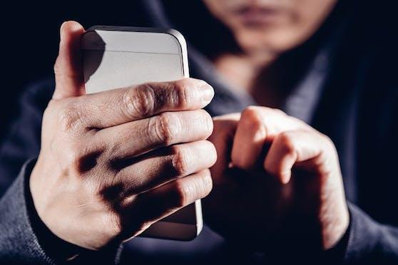 Handy-Aufnahmen ließen einen 19-Jährigen in Vöcklabruck austicken. (Symbolbild).