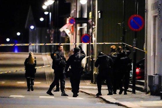 Die Polizei sichert Spuren um möglichst viele Informationen über das Geschehene zu erhalten.