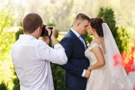 Die Dreistigkeit des geizigen Bräutigam ließ den Hochzeitsfotografen auszucken. Symbolbild