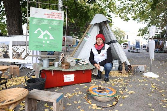 """Projektleiterin Marion Jaros-Nitsch erklärt vor Ort, wie """"Ärzte ohne Grenzen"""" nach Naturkatastrophen oder Krieg und Gewalt Menschen mit Zeltplanen, Decken und andere Hilfsgüter versorgt."""