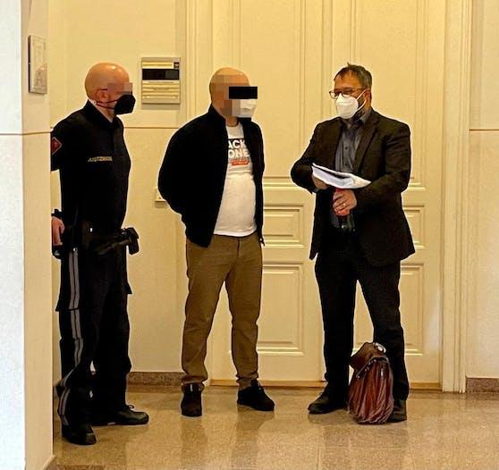 Der Angeklagte (Mitte) mit Anwalt Mag. Rivo Killer (re.)