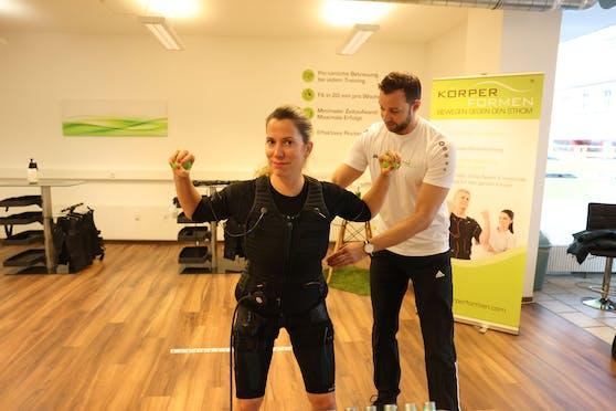 """""""Heute""""-Redakteurin Sandra Kartik testete EMS-Training für den Rücken. 20 Minuten Training pro Woche reichen, um Schmerzen und Verspannungen zu lösen und Muskeln aufzubauen."""