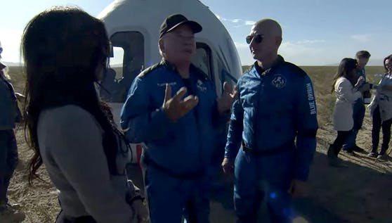 """""""Star Trek""""-Schauspieler William Shatner und Amazon-Gründer Jeff Bezos: """"Was du siehst ist schwarz, unendliches Schwarz""""."""