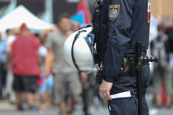 Ein Polizist im Einsatz bei einer Demonstration. Symbolbild