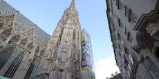 """Das oberste Gebot"": 30 Meter Plakat prangt am Steffl"