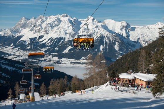Skilift am Skiberg Hauser Kaibling, hinten Dachstein-Massiv in der Region Schladming-Dachstein der Skiwelt amadé