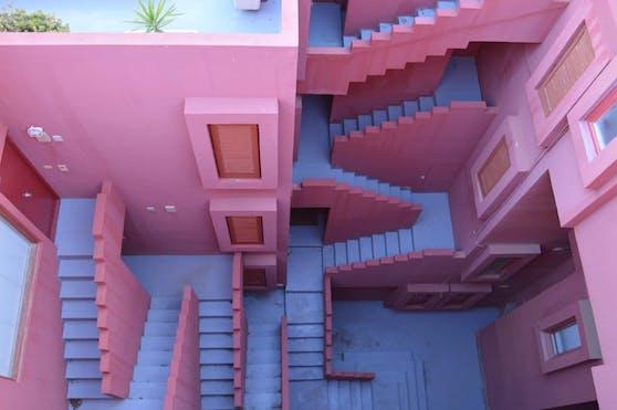 """Eine Szene aus """"Squid Game""""? Nein, ein Gebäudekomplex in Spanien."""