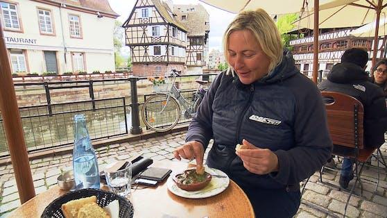 Helga isst die Schnecken in Knoblauch-Butter eher zögerlich.