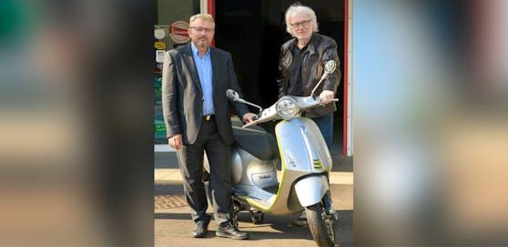Firmengründer Michael Schinko (re.) und Geschäftsführer Gerhard Lengauer mit einem der E-Mopeds.