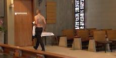 Hier zeigt Priester Dominik seinen tätowierten Rücken