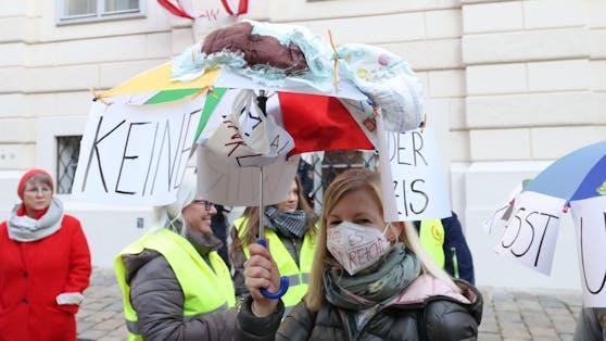 Rund 1.000 Kindergartenpädagogen der städtischen Kindergärten und Horte sowie Gewerkschaftsvertreter demonstrierten am Donnerstag in Wien für bessere Arbeitsbedingungen.