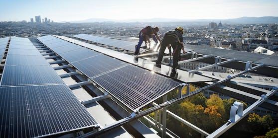 Montage der Photovoltaik-Module auf das Dach des Haus des Meeres