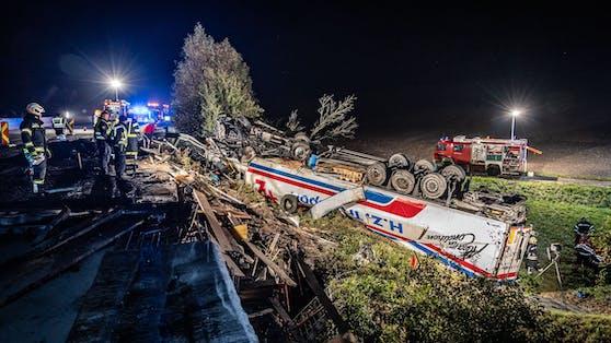 Der Lastwagen überschlug sich, die beiden Fahren blieben unverletzt.