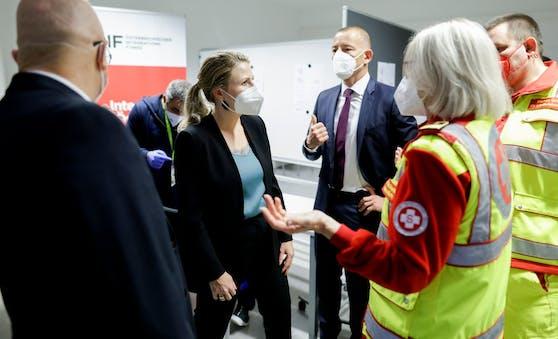 Bundesministerin Susanne Raab besuchte die Impfstraße im Österreichischer Integrationsfonds Wien.