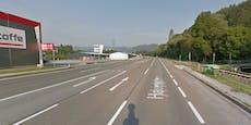 Fußgängerin beim Queren der Straße von Pkw getötet