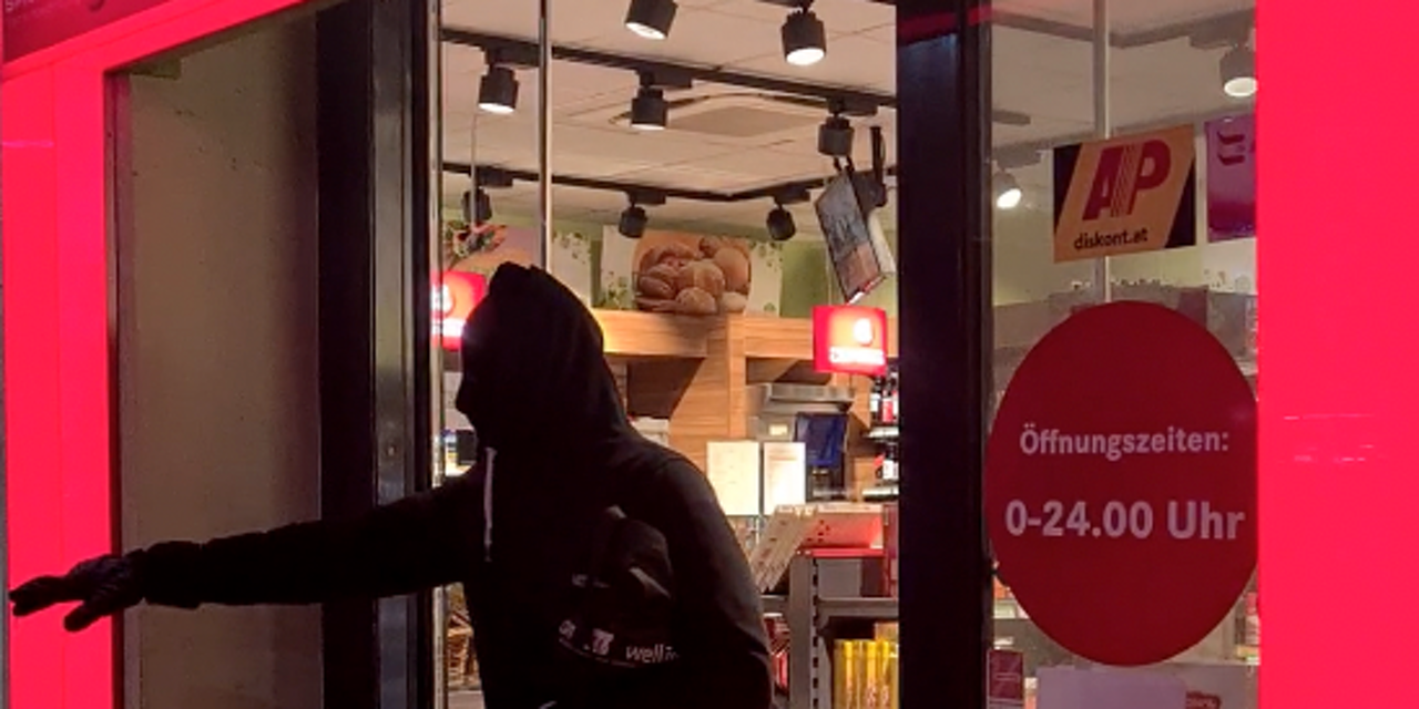 Wiener beobachtet Tankstellenraub – und filmt die Tat