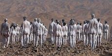 200 Menschen stellen sich nackt mitten in die Wüste