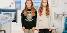 Zwillingsbuben lassen sich für kranke Kids Haare wachsen