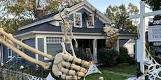 Spooky: Dieses Haus wird von einem Riesenskelett umarmt