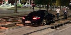 Luxus-Sportwagen bleibt in Wiener Bim-Gleisen stecken
