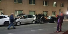 Audi-Lenker zerstört bei Crash gleich 6 parkende Autos