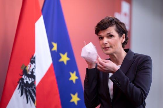 SPÖ-Chefin Pamela Rendi-Wagner nimmt während einer Pressekonferenz am 30. Jänner 2021 ihre Schutzmaske ab.