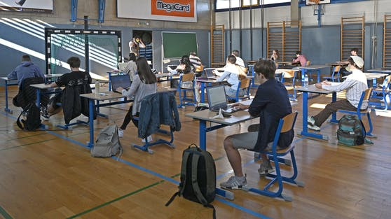 Unterricht in einem Turnsaal (Archivfoto): Die Schulen dürfen im Schichtbetrieb nach dem harten Lockdown wieder starten.