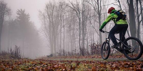 Der junge Mann war mit einem Mountainbike unterwegs.
