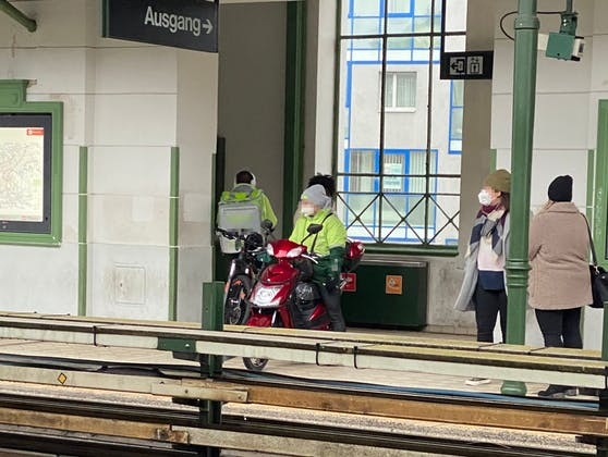 Seltener Anblick: Essen wird mit Moped und U-Bahn zugestellt.