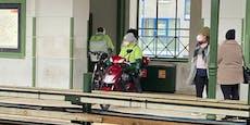 Wiener Essenslieferant wartet mit Moped auf U-Bahn
