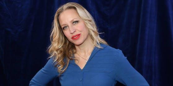 Nina Proll verliert in einer online-Gesprächsrunde einmal mehr kein gutes Wort über die österreichische Bundesregierung.