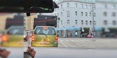 Opel-Lenker transportiert Couch am Autodach durch Wien