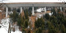 Tauernautobahn-Brückedroht nach Mure einzustürzen