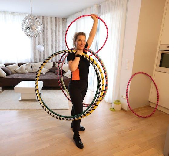 """Marina Hora-Pichlbauer fertigt mit """"Hoop Your Body"""" das Trendsport-Accessoire des Jahres an und unterrichtet auch online."""