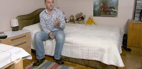 Roman (43) aus Simmering liebt seine Stofftier-Sammlung.