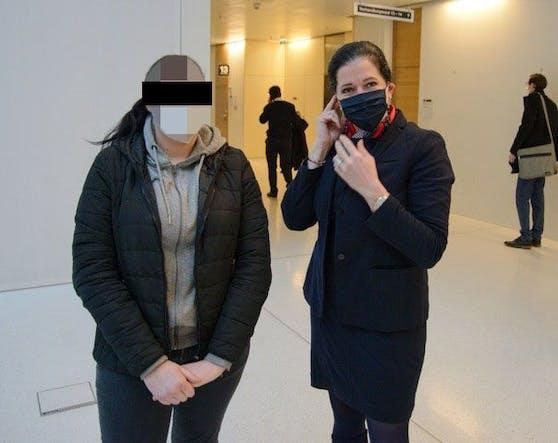 Die Angeklagte mit Anwältin Kristina Venturini