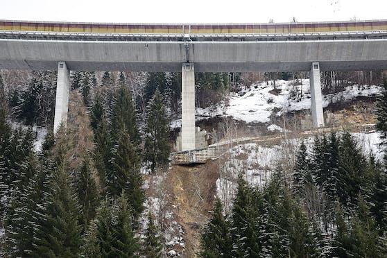 Ein Brückenpfeiler war vom Murenabgang betroffen.