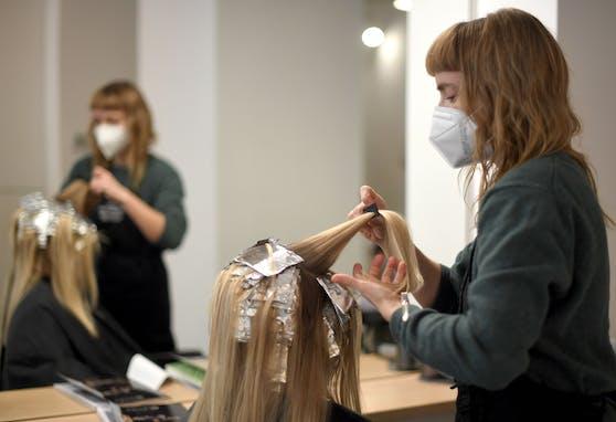 Friseure dürfen seit 8. Februar 2021 wieder ihre Geschäfte öffnen. Symbolbild