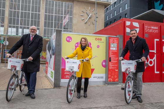 ÖBB-CEO Andreas Matthä, Wiener-Linien-Geschäftsführerin Alexandra Reinagl und Stadtrat Peter Hanke (SPÖ) freuen sich über die neue WienMobil-Station.