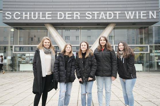 Nur fürs Foto ganz kurz zusammen gestellt: Lehrerin Zingl mit den Schülerinnen Miriam, Xenia, Rebecca und Aleyna.