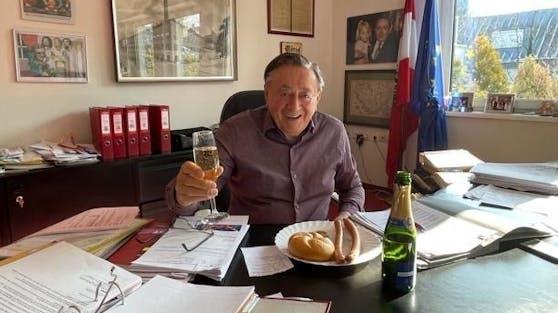Trotz Ball-Absage will Baumeister Richard Lugner nicht auf Opernball-Glanz verzichten: Zur Stärkung gab's Sacher Würstel und Champagner.