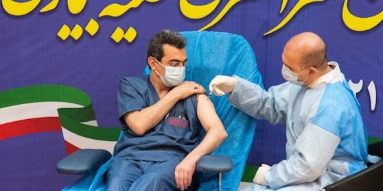 In Iran werden zuerst Ärzte und das Pflegepersonal geimpft, anschließend sollen Menschen im Alter über 65 Jahre folgen.