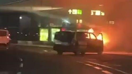 Der Mercedes Vito fing beim Flughafen Wien an zu brennen