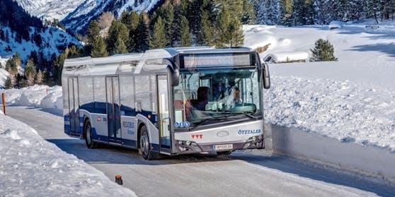Ein Linienbus erfasste den Pensionisten frontal und fügte ihm Verletzungen unbestimmten Grades zu. Symbolbild