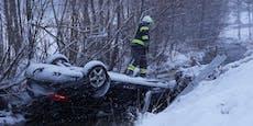 Pkw-Lenker landete mit Auto auf dem Dach im Bach
