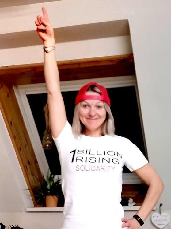 """Heuer fand """"One Billion Rising"""" mit Dance-Instructor Sabine Hubmayer im Wohnzimmer statt."""