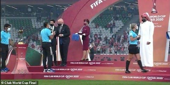 Scheich Al Thani gibt den Schiedsrichterinnen nicht die Hand.